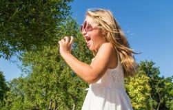 Glückliches kleines Mädchen, das Spaß hat lizenzfreies stockbild