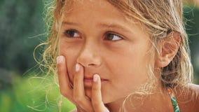 Glückliches kleines Mädchen, das Spaß am Park hat stock footage