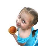 Glückliches kleines Mädchen, das wenig Kuchen anhält Stockfotos