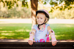 Glückliches kleines Mädchen der Rollschuhlaufen lizenzfreie stockfotografie