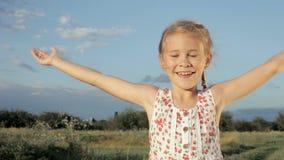 Glückliches kleines Mädchen des Portraits stock footage