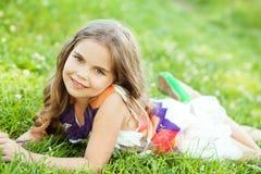 Glückliches kleines Mädchen draußen Lizenzfreie Stockbilder