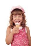 Glückliches kleines Mädchen essen Eiscreme Lizenzfreies Stockbild