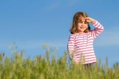 Glückliches kleines Mädchen im Freien Stockfotos