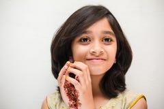 Glückliches kleines Mädchen im indischen Kostüm Stockfotografie