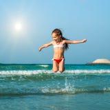 Glückliches kleines Mädchen im Meer Lizenzfreies Stockfoto