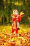 Glückliches kleines Mädchen im Park lizenzfreie stockbilder