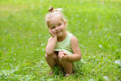 Glückliches kleines Mädchen im Park Stockbilder