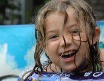 Glückliches kleines Mädchen im Pool stockbild