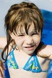 Glückliches kleines Mädchen im Pool lizenzfreie stockbilder