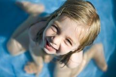 Glückliches kleines Mädchen im Pool Stockbilder