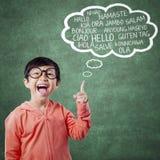 Glückliches kleines Mädchen lernen multi Sprache stockbilder