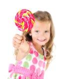 Glückliches kleines Mädchen mit dem Lutschervordergrund lokalisiert Stockfotos