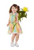 Glückliches kleines Mädchen mit einem Blumenstrauß der Blumen Lizenzfreie Stockfotografie