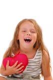 Glückliches kleines Mädchen mit einem Geschenk für St.-Valentinstag stockfoto