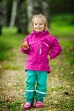 Glückliches kleines Mädchen mit einem Pilz Stockfoto