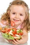 Glückliches kleines Mädchen mit einer großen Schüssel Fruchtsalat stockfotografie