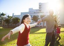Glückliches kleines Mädchen mit Familie Stockfoto