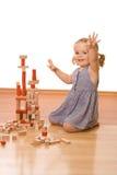 Glückliches kleines Mädchen mit hölzernen Blöcken lizenzfreie stockbilder
