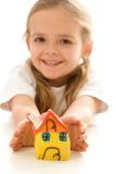 Glückliches kleines Mädchen mit handgemachtem Lehmhaus Lizenzfreie Stockfotografie