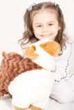 Glückliches kleines Mädchen mit ihren Schafen spielen - Eid UL, Adha feiernd - Stockbild