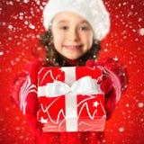 Glückliches kleines Mädchen mit Weihnachtsgeschenk, Neujahrsfeiertagverkauf Lizenzfreie Stockfotos