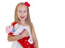 Glückliches kleines Mädchen mit Weihnachtsgeschenken Stockfotos