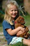 Glückliches kleines Mädchen mit Welpen Lizenzfreie Stockbilder