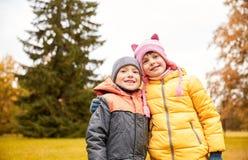 Glückliches kleines Mädchen und Junge im Herbst parken Stockbild