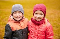 Glückliches kleines Mädchen und Junge im Herbst parken Lizenzfreie Stockfotografie
