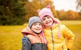 Glückliches kleines Mädchen und Junge im Herbst parken Lizenzfreies Stockbild
