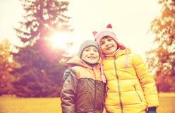 Glückliches kleines Mädchen und Junge im Herbst parken Stockfotos