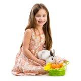 Glückliches kleines Mädchen und Kaninchen Stockbilder
