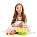 Glückliches kleines Mädchen und Kaninchen Lizenzfreies Stockbild