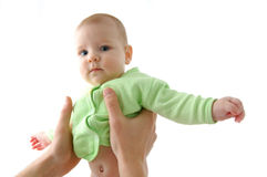 Glückliches kleines Schätzchen in den Händen der Mutter Lizenzfreie Stockfotos