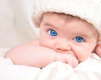 Glückliches kleines Schätzchen-Kind, das Hand saugt Lizenzfreie Stockbilder