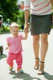 Glückliches Kleinkind, das auf Straße geht Stockbild