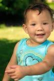 Glückliches Kleinkind im Park lizenzfreie stockfotografie