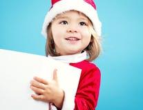 Glückliches Kleinkindmädchen mit Weihnachtsgeschenkbox Stockfoto