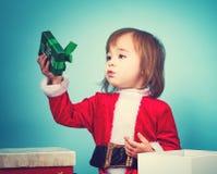 Glückliches Kleinkindmädchen mit Weihnachtsgeschenkbox Stockbilder