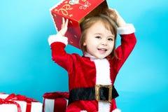 Glückliches Kleinkindmädchen mit Weihnachtsgeschenkboxen Stockfoto