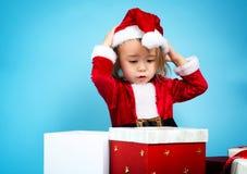 Glückliches Kleinkindmädchen mit Weihnachtsgeschenkboxen Stockbild