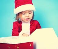 Glückliches Kleinkindmädchen mit Weihnachtsgeschenkboxen Lizenzfreie Stockfotografie