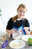 Glückliches kochendes Mädchen Stockbilder
