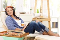 Glückliches kreatives Mädchen an der Freizeit Lizenzfreies Stockfoto