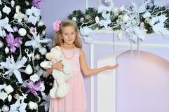 Glückliches lächeln acht Jahre alte recht blonde kaukasische Kindermädchen Stockfotos