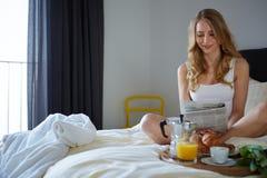 Glückliches Lächeln blond im weißen Bett Lizenzfreies Stockfoto