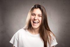 Glückliches Lächeln der jungen Frau lizenzfreies stockfoto