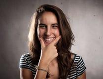 Glückliches Lächeln der jungen Frau stockfotos