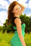 Glückliches Lächeln der jungen Frau im Sommer-Kleid Lizenzfreies Stockbild